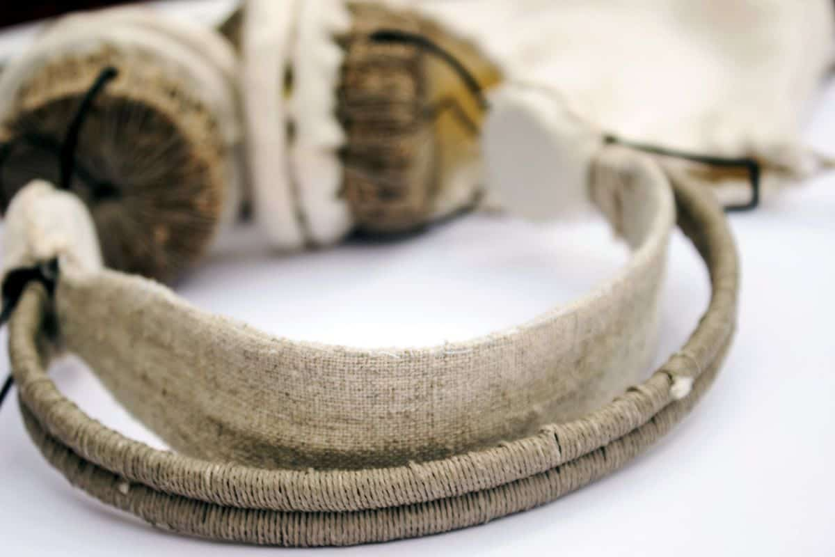 Zoomed in look at the au natural stylish headphones by Beatrice Novi
