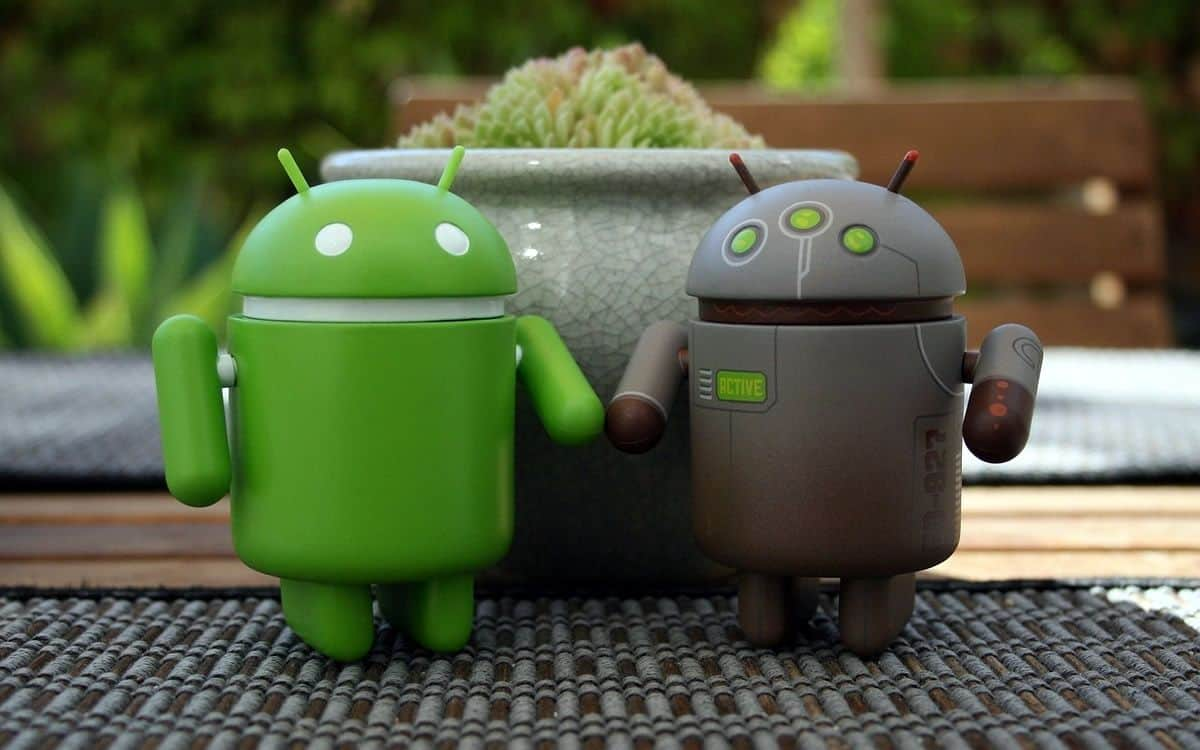 Two Android mascot holding hands