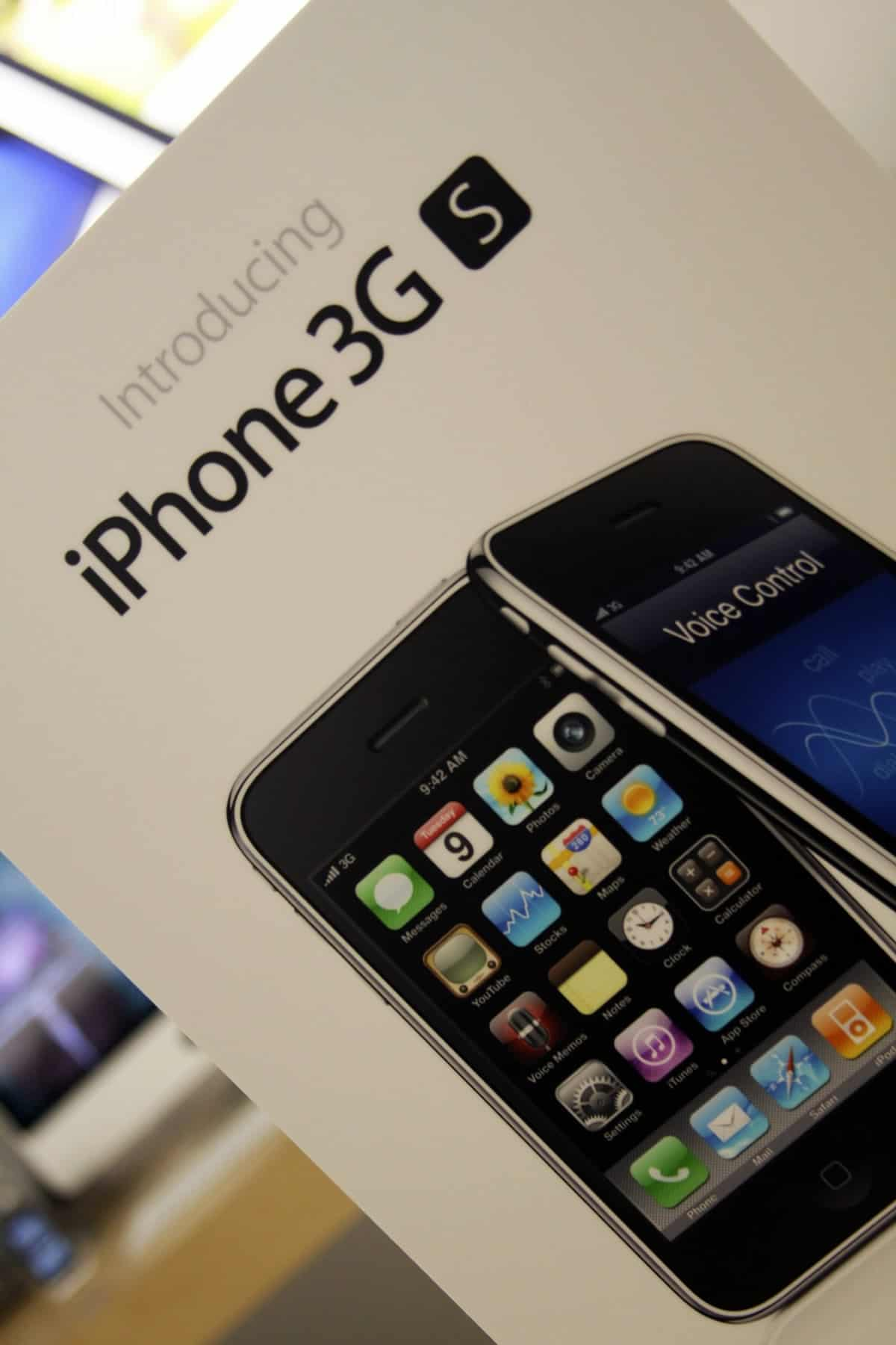 A close-up photo of an iPhone 3GS box.